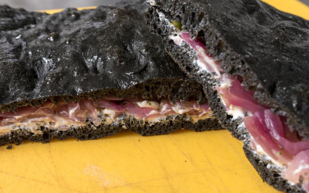 Pizza Nera al Carbone Vegetale con Salmone, Crescenza e Rucola
